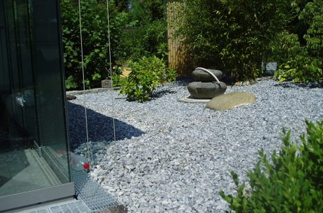 Sichtschutz & Kies an einem privaten Wintergarten